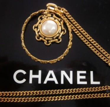 Chanel   CHANEL GOLD PLATED FAUX WHITE PEARL MEDALLION NECKLACE